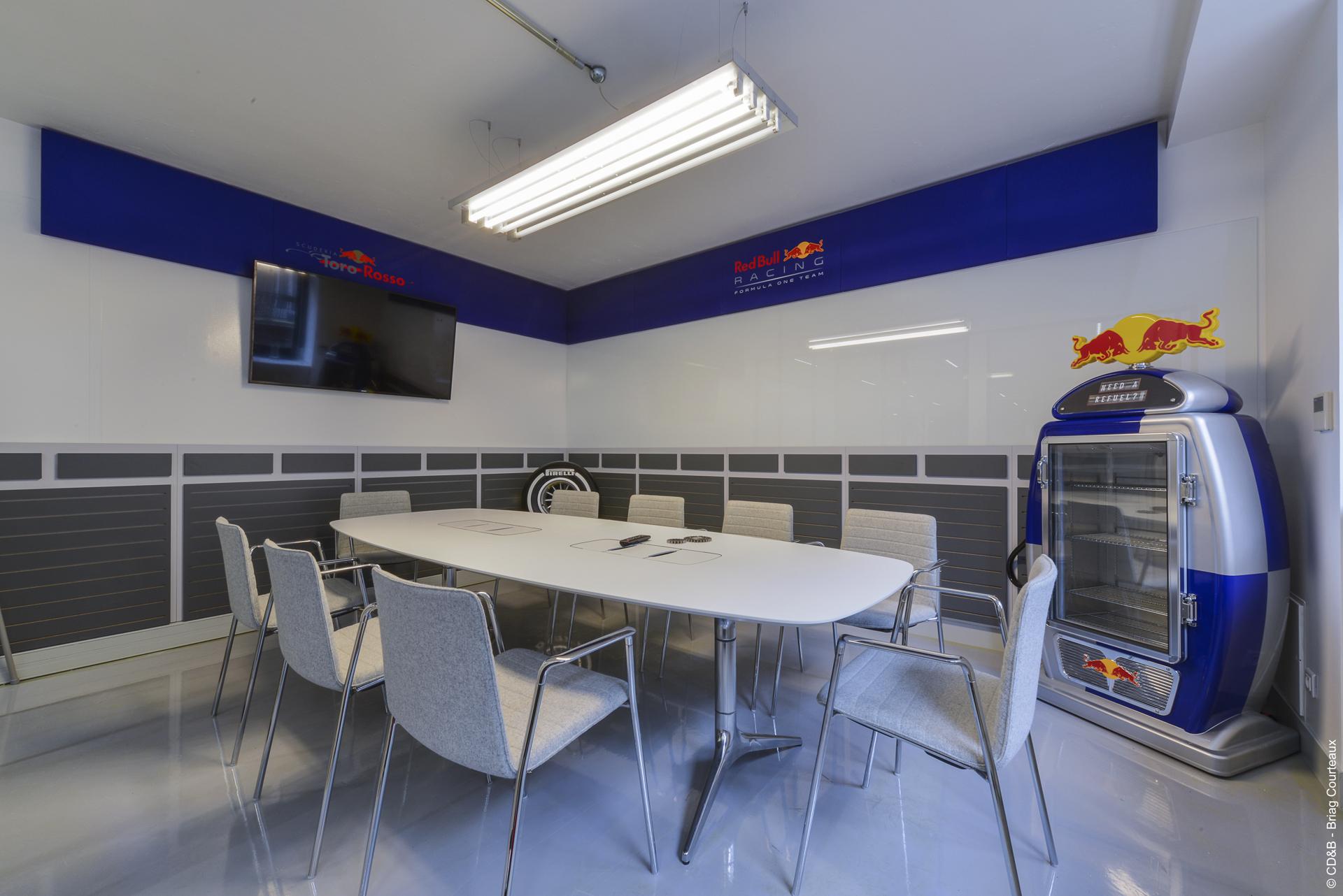 Conseil, aménagement, conception et réalisation des espaces de la société Red Bull par CDB, Meet you there.